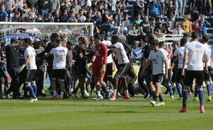 """Des """"supporters"""" bastiais envahissent la pelouse à la mi-temps de Bastia-OL."""