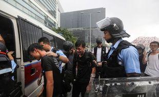 La police arrête des manifestants près du siège du gouvernement à Hong Kong, le 1er juillet 2019.