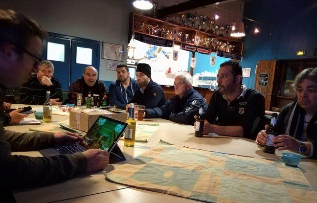Réunion de préparation du 16e de finale contre Niort ce mardi 31 janvier, avec une tablette sous les yeux pour Raoul Feuerstein, le responsable de la communication.