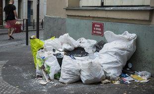 Des déchets déposés dans la rue, à Paris (image d'illustration).