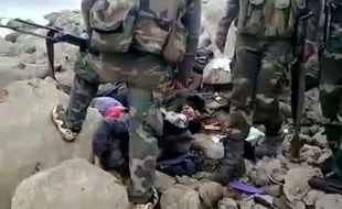"""Le Conseil national syrien (CNS), principal mouvement d'opposition, a exhorté dimanche la Ligue arabe, dont une mission d'observateurs est attendue lundi en Syrie, à se rendre à Homs (centre), où des milliers de soldats """"assiègent"""" un quartier insurgé."""