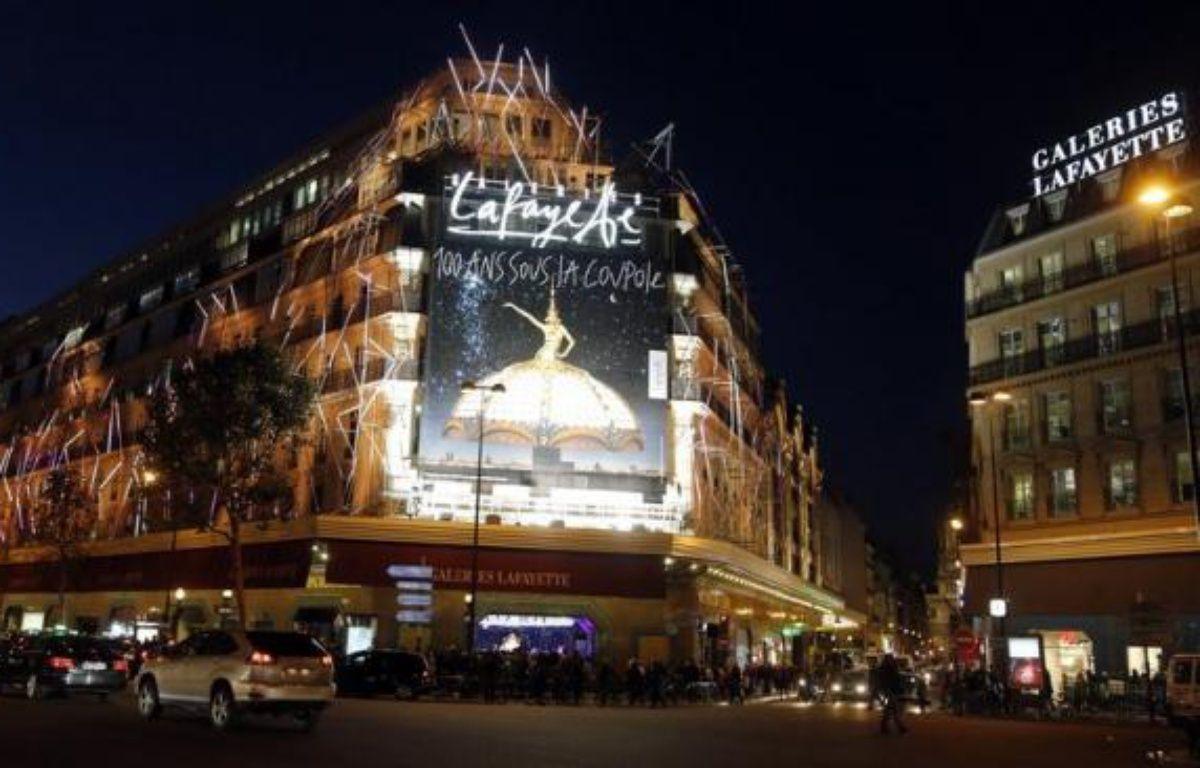 Le groupe français de grands magasins Galeries Lafayette prépare une offre de rachat sur l'un de ses principaux concurrents dans la capitale, Le Printemps, pour un montant de 1,6 milliard d'euros, annonce le magazine Challenges mercredi. – Pierre Verdy afp.com