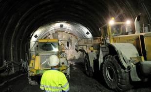 Des engins travaillent le 15 septembre 2008 sur le chantier de la descenderie de Saint-Martin-la-Porte, sur le tracé de la future ligne du TGV Lyon-Turin
