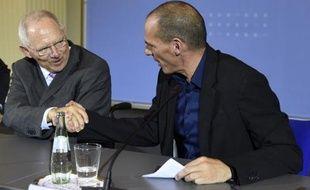 Le ministre allemand des Finances Wolfang Schäuble et son homologue grec Yanis Varoufakis se serrent la main à l'issue de leur conférence de presse, le 5 février 2015 à Berlin