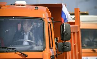 Poutine, au volant d'un camion, inaugure le pont reliant la Crimée à la Russie