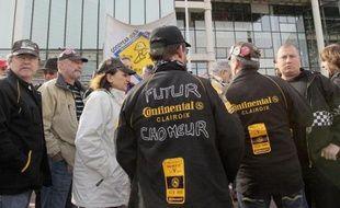 Les salariés de l'usine Continental de Clairoix devant le tribunal de commerce de Nanterre, le 30 mars 2010