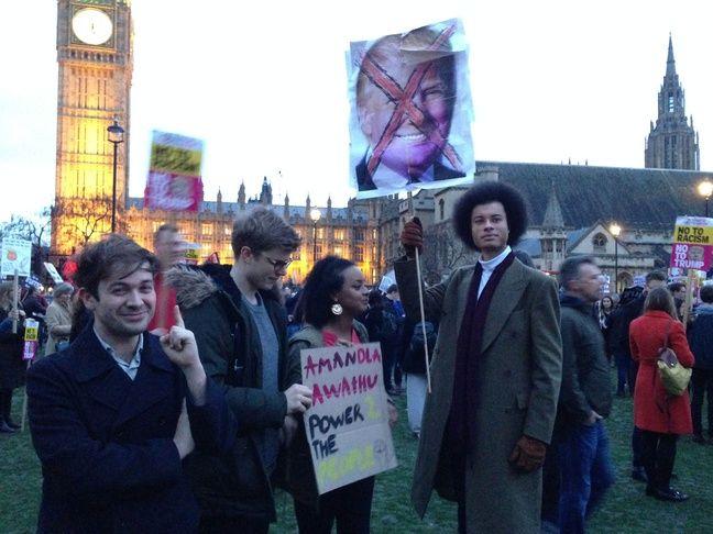 Josh (à droite) et ses amis étudiants à la manifestation contre la visite officielle de Donald Trump au Royaume-Uni à Londres, le 20 février 2017.
