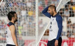 Mathieu Valbuena et Karim Benzema en pleine discussion lors d'un entraînement à  Ribeirao Preto, le 10 juin 2014 pendant la Coupe du monde au Brésil.