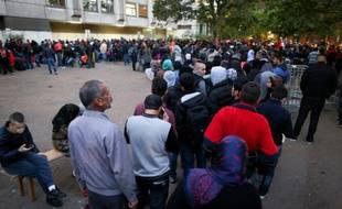 Des migrants et réfugiés devant l'office de la santé et des affaires sociales à Berlin, le 30 septembre 2015