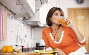 Les ingrédients d'un bon petit déjeuner: fruits, céréales, laitage et boisson chaude.