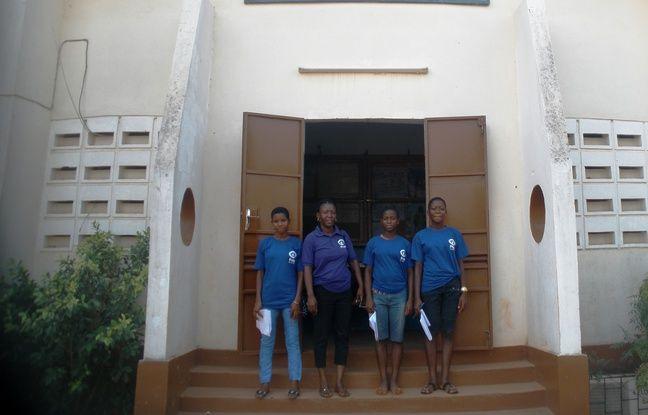 Firmine Adjate (D) à la sortie d'une émission de radio au Centre de Formation en Radio pour les Enfants du Togo (Cefret), aux côtés d'autres participants aux clubs qui mènent des actions de sensibilisation pour dénoncer les violences de genre en milieu scolaire.