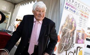 Raymond Poulidor mis a l'honneur a l'occasion d'une exposition sur son parcours de cycliste et du Tour de France, à Chatou, en mars 2019.