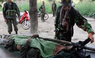 La tension est montée d'un cran mercredi à la frontière entre la Thaïlande et le Cambodge, où de nouveaux échanges de tirs entre soldats ont fait un mort et au moins quatre blessés dans la région du temple sacré de Preah Vihear, au coeur d'un vif contentieux.