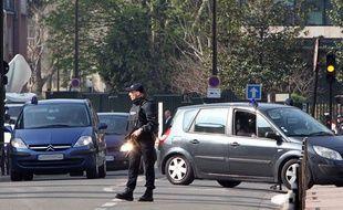 Des véhicules de police transportant Abdelkader Merah arrivent au siège de la police anti-terroriste, à  Levallois, le 24 mars 2012.