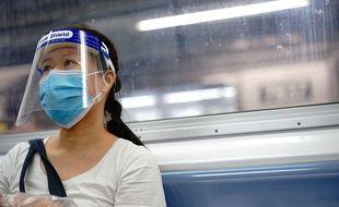 Illustration d'une femme masquée dans le métro de New York le 20 août 2020.