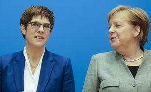 La ministre de la Défense Annegret Kramp-Karrenbauer et Angela Merkel, chancelière allemande, le 10 février 2020 à Berlin.