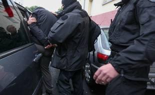 Strasbourg le 13 05 2014. TERRORISME - Les forces de l'ordre ont interpelle des jeunes soupçonnes d'etre partis en decembre en Syrie. Les forces de l?ordre sont intervenues notamment dans un immeuble du quartier de la Meinau pour interpeller des jeunes qui sont soupçonnes d'etre partis en Syrie