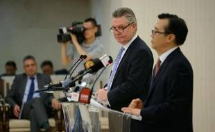 Le commissaire européen au Commerce Karel De Gucht (2e à d) et le ministre chinois au Commerce Gao Hucheng (d) lors d'une conférence de presse à Pékin, le 21 juin 2013