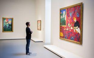 Un visiteur de l'exposition «Icônes de l'art moderne - La Collection Chtchoukine», à la Fondation Louis-Vuitton, en octobre 2016.