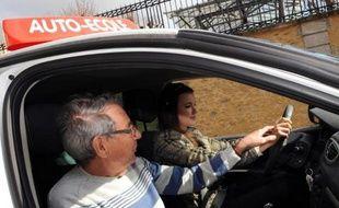 Une jeune femme lors d'un cours de conduite le 19 mars 2012 au Mans