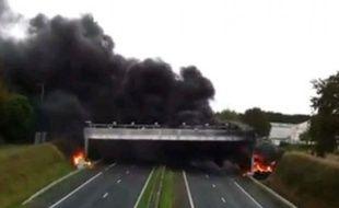Le 5e portique détruit en Bretagne,à Lanredec dans les Côtes d'Armor, a longuement brûlé, le 3 novembre 2013.