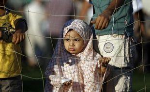 """Une petite fille palestinienne assiste à la prière le jour de la """"Fête du sacrifice"""" à Gaza, le 4 octobre 2014"""