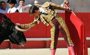 Le matador espagnol El Juli face au taureau lors d'une corrida à Nîmes, France, le 24 mai 2010.