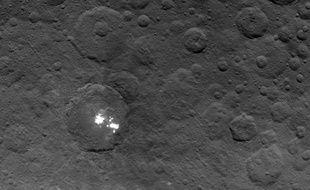 Le cratère Occator et ses points brillants, présents sur la planète naine Cérès.