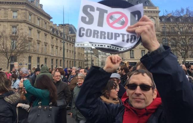 Pancarte contre la corruption place de la République à Paris, le 5 mars 2017.