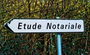 Panneau qui indique une étude de notaire dans la Sarthe, le 17 janvier 2016.