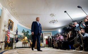 Donald Trump quitte la conférence de presse lors de laquelle il vient d'annoncer le retrait des Etats-Unis de l'Accord sur le nucléaire iranien, le  8 mai 2018 à la Maison Blanche.