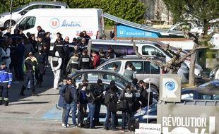 Les autorités devant le Super U où le terroriste Radouane Lakdim a été neutralisé, le 23 mars 2018.