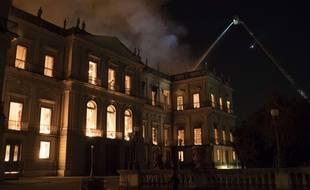 Le musée national de Rio de Janeiro en flammes.
