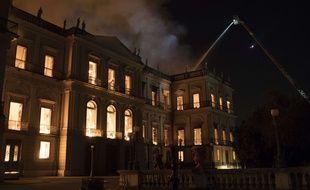 Le musée national de Rio de Janeiro en flammes dans la nuit de dimanche à lundi.