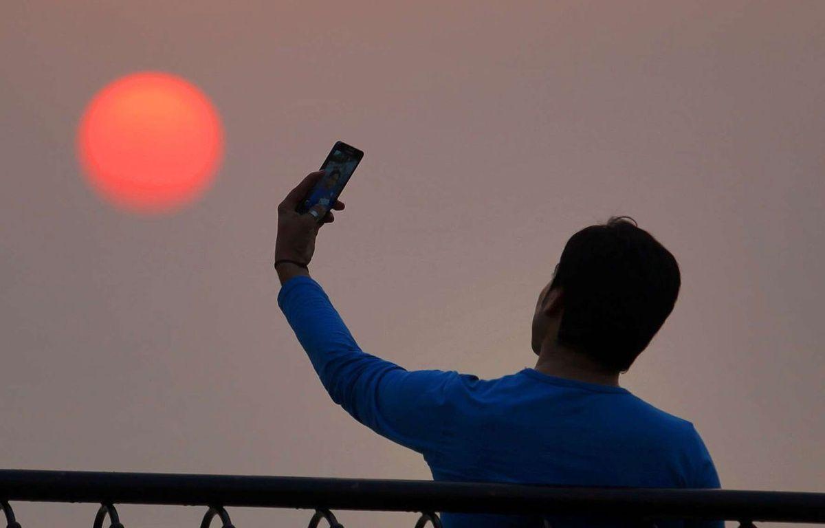 Un homme prend un selfie. Illustration – Anjum Naveed/AP/SIPA