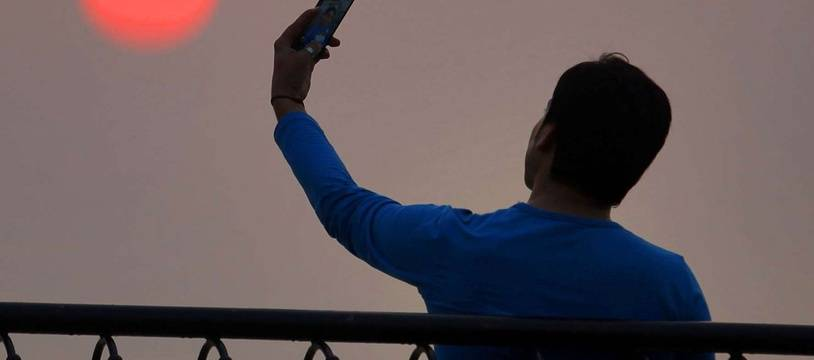 Un homme prend un selfie. Illustration