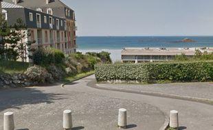 L'ancien camping municipal des Nielles surplombe la plage du Minihic à Saint-Malo.