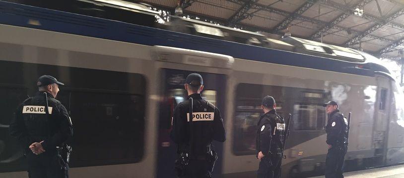 Des policiers de la brigade des chemins de fer de Toulouse, en gare Matabiau.