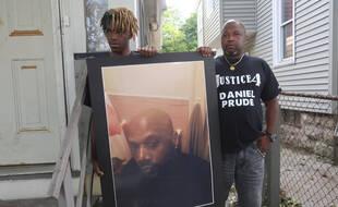 Joe (droite) et Armin Prude, le frère et le fils de Daniel Prude, mort asphyxié par la police en mars 2020 (photo prise le 3 septembre 2020).