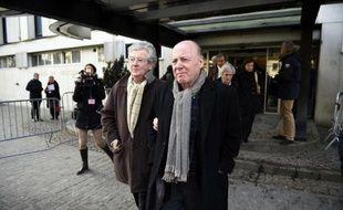 René Kojfer (d) à sa sortie du palais de justice, accompagné de son avocat Hubert Delarue (g), le 3 février 2015 à Lille