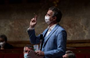 Le député pro-légalisation du cannabis François-Michel Lambert a brandi mardi 4 mai un joint dans l'hémicycle de l'Assemblée nationale, à Paris.