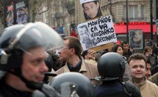 """Les lycéens, qui ont manifesté mardi essentiellement en région parisienne contre les milliers de suppressions de postes dans l'Education, ont estimé avoir franchi """"un nouveau cap"""" dans la mobilisation, mais Xavier Darcos a refusé de revenir sur ces suppressions."""