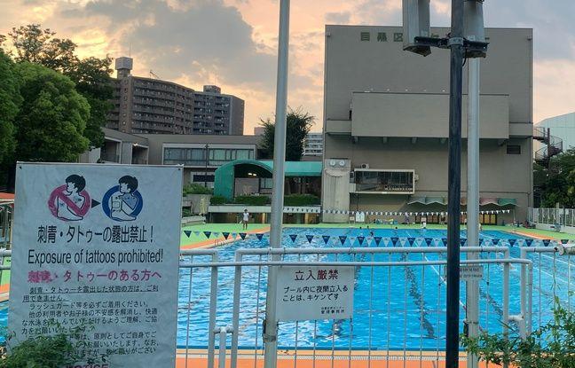 Avertissement contre les tatouages devant une piscine à Tokyo.