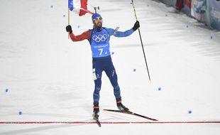 Martin Fourcade avec le drapeau tricolore lors du relais mixte des JO en Corée du Sud.