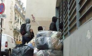 La vie s'organise peu à peu au lycée désaffecté Jean-Jaurès, occupé depuis jeudi par une centaine de migrants.