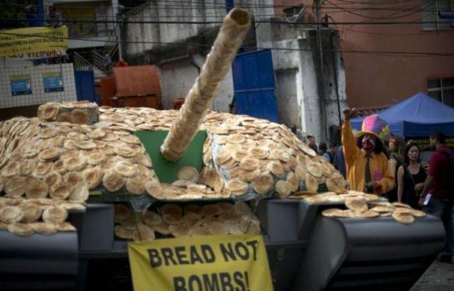 Un char d'assaut de taille réelle construit avec des centaines de pain est apparu mardi dans une favela de Rio de Janeiro, une manifestation symbolique d'une ONG pour demander au sommet de Rio+20 de combattre la violence, la pauvreté et la faim.