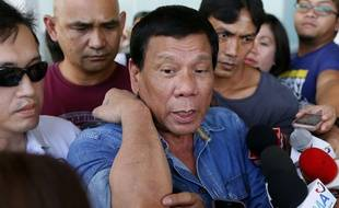 Rodrigo Duterte jouant du coude, le 12 février.