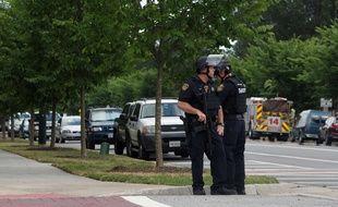 Des policiers montent la garde en face du centre municipal de Virginia Beach aux Etat-Unis où une fusillade a fait 11 morts le 31 mai 2019.