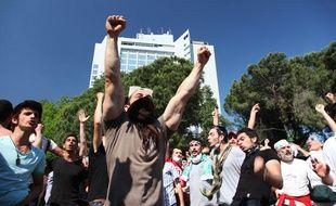Des manifestants se réjouissent du départ des forces de l'ordre, place Taksim, le 1er juin à Istanbul (Turquie).