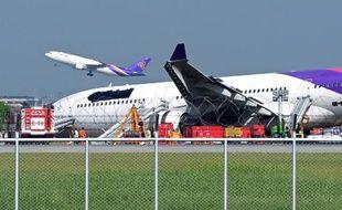 Une dizaine de passagers à bord d'un appareil de la Thai Airways ont été légèrement blessés lorsque l'avion a dérapé hors de la piste de l'aéroport de Bangkok à l'atterrissage, en raison d'un problème à la roue avant, a indiqué la compagnie aérienne lundi.